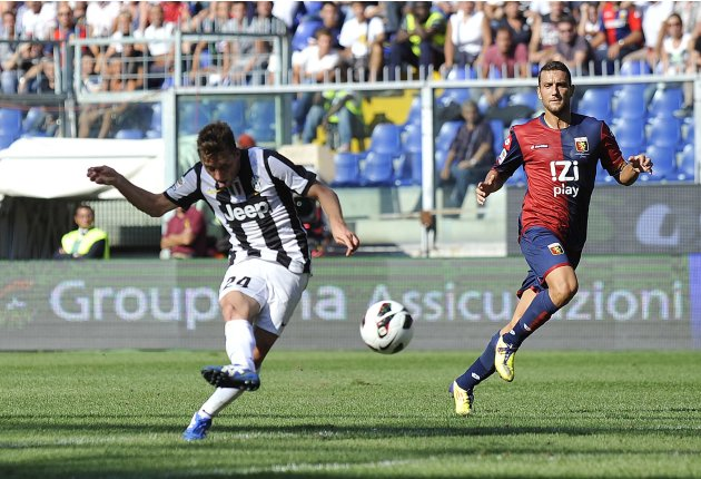 Juventus' Giaccherini shoots to score against Genoa during their Serie A soccer match at the Ferraris stadium in Genoa