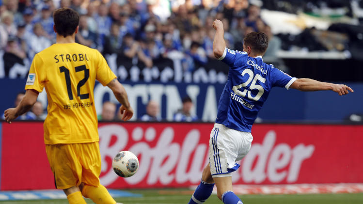 Schalke's Klaas-Jan Huntelaar of the Netherlands, right, scores during the German first division Bundesliga soccer match between Schalke 04 and 1899 Hoffenheim in Gelsenkirchen, Germany, Saturday, March 8, 2014. (AP Photo/Frank Augstein)