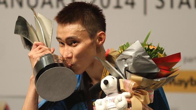 Malaysian badminton star Lee Chong Wei kisses the trophy after winning the Malaysia Open Badminton Superseries in Kuala Lumpur on January 19, 2014