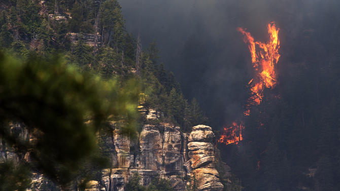 Many residents flee Arizona towns as fire grows