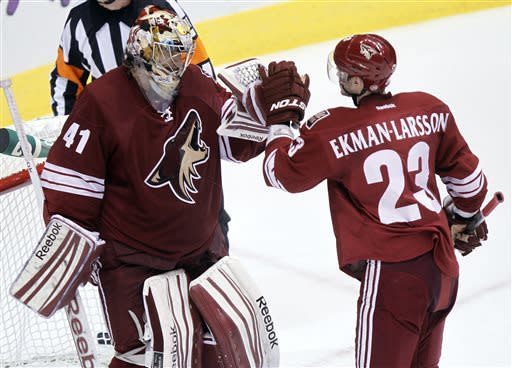Smith makes 24 saves in Coyotes' win over Avs
