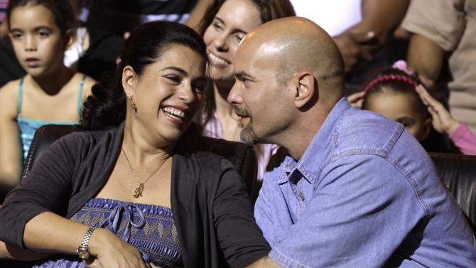 """Gerardo Hernandez , one of the so-called """"Cuban Five"""", reacts with wife Adriana during Cuban musician Silvio Rodriguez's concert in Havana"""