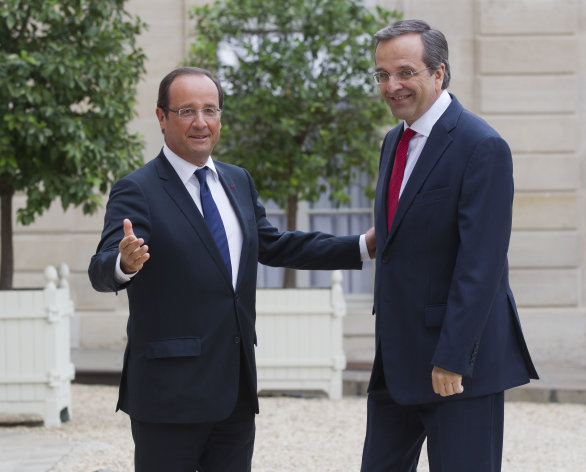 Frances President Francois Hollande, left, welcomes Greece&#39;s Prime Minister Antonis Samaras at the Elysee Palace, Paris, Saturday, Aug. 25, 2012. (AP Photo/Michel Euler)