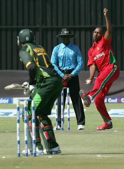 Zimbabwe bowler Tinashe Panyangara (R) bowls during the 2nd game of the three match ODI cricket series between Pakistan and Zimbabwe at the Harare Sports Club on August 29, 2013. AFP PHOTO / JEKESAI N