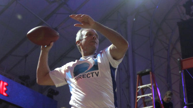 Hall-of-Fame quarterback Joe Montana warms up before the Celebrity Beach Bowl, during festivities for NFL football's Super Bowl XLVI, Saturday, Feb. 4, 2012, in Indianapolis. The New York Giants will face the New England Patriots in the Super Bowl on Feb. 5.(AP Photo/Jeff Roberson)