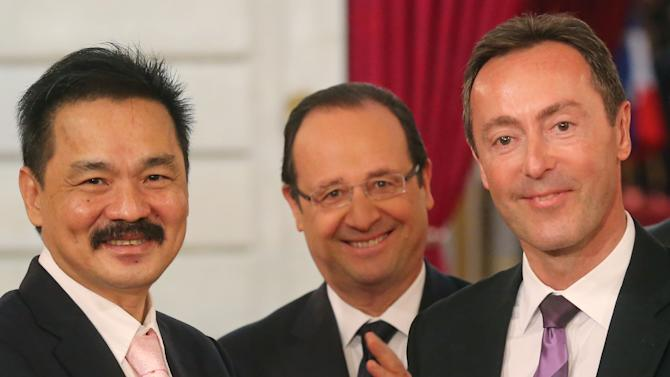 CEO of Lion Air Rusdi Kirana of Indonesia, left, and CEO of Airbus, France's Fabrice Bregier, right,  pose with a Airbus 320 model for the media while France's President Francois Hollande stands behind during a signing ceremony at the Elysee Palace in Paris, Monday, March 18, 2013.  Indonesian airline Lion Air is to buy 234 short to medium range aircraft from Airbus for 18.4 billion Euro($24 billion), in what is being billed as the biggest civilian deal in the history of the aircraft manufacturer. The contract was announced Monday at the French presidential palace, a sign of the deal's importance to the government. Airbus said it would secure 5,000 jobs at a time when French unemployment hovers around the 10 percent mark. (AP Photo/Michel Euler)