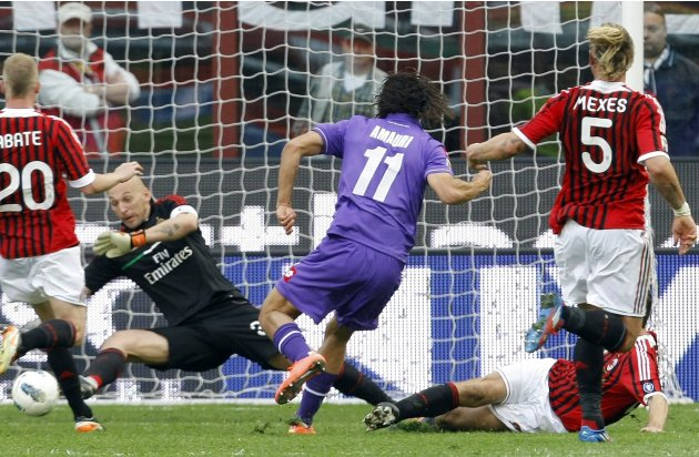 Fiorentina's Amauri shoots to score a second goal past AC Milan's goalkeeper Abbiati during their Italian Serie A soccer match in Milan