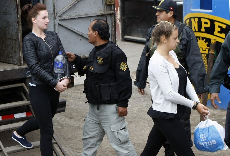 Irishwoman Michaella McCollum (L) and Briton Melissa Reid at the Sarita Colonia Jailhouse Court, September 24, 2013