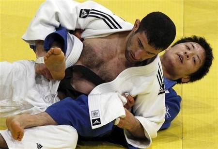 Japan&#39;s Junpei Morishita (R) challenges Armenia&#39;s Armen Nazaryan in their under-66 kg final at the Paris International grand slam judo tournament February 5, 2011. REUTER/Regis Duvignau