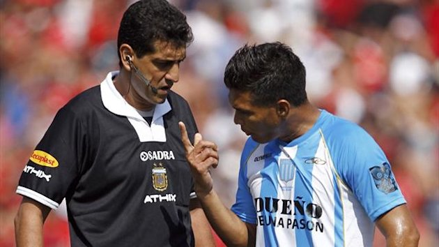 2011-12 FOOTBALL Racing Club's Colombian striker Teofilo Gutierrez (R) argues with referee Sergio Pezzotta