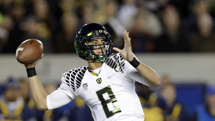 Oregon quarterback Marcus Mariota (8) throws against California during the first half of an NCAA college football game in Berkeley, Calif., Saturday, Nov. 10, 2012. (AP Photo/Marcio Jose Sanchez)