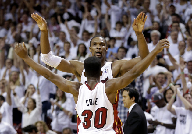 Chris Bosh y Norris Cole (30), del Heat de Miami, festejan el fin de la serie ante los Bulls de Chicago tras ganar el quinto juego de la semifinal de la Conferencia del Este de la NBA, el mircoles 15