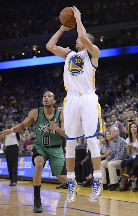 JGM17. Oakland (United States), 11/01/2014.- Golden State Warriors point guard Stephen Curry (R) shoots as Boston Celtics point guard Avery Bradley (L) looks on during the second half of their NBA gam