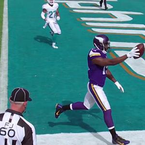 Minnesota Vikings quarterback Teddy Bridgewater hits wide receiver Greg Jennings for a 21-yard TD