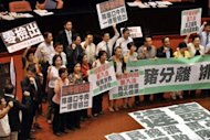 Members of Taiwan&#39;s opposition party protest against the import of US beef at the parliament building in Taipei. Taiwan on Wednesday lifted a ban on imports of US beef containing a controversial additive, in a move likely to facilitate free trade talks with Washington