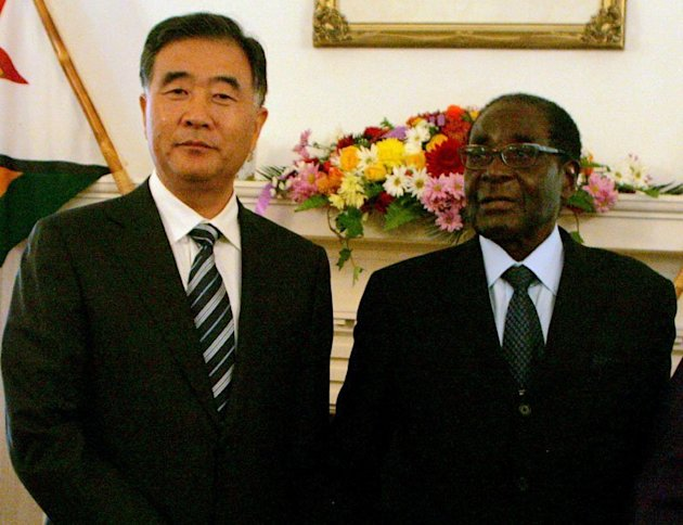 Zimbabwe President Robert Mugabe (R) poses with Chinese Vice Premier Wang Yang at State House, May 22 2013