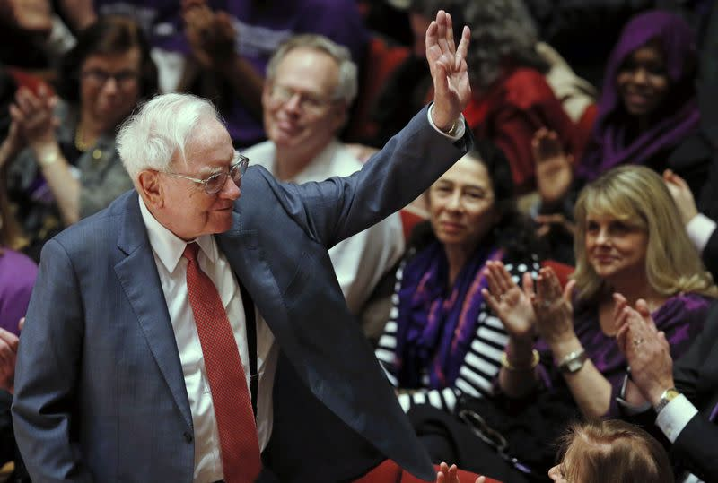 Buffett, a cheerleader for America, takes his checkbook abroad