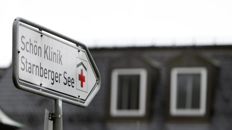 A street sign shows the way to 'Schoen - Klinik' in Berg