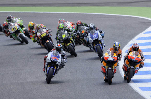 Repsol Honda team's Australian Casey Stoner (R), Spanish Dani Pedrosa (C) and Yamaha Factory Racing rider Spanish Jorge Lorenzo (L) lead the pack during the first lap of the Moto GP race of the Portug