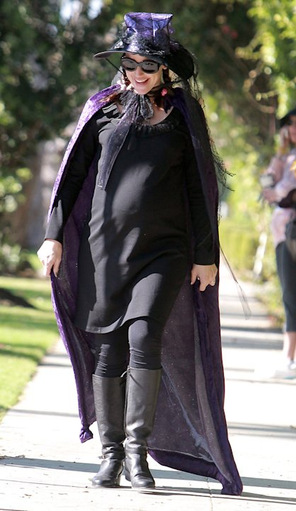 Jennifer Garner played the part of a pregnant witch as she went trick or treating in Los Angeles this year.