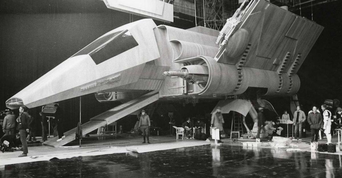 "27 Behind-The-Scenes ""Star Wars"" Photos"