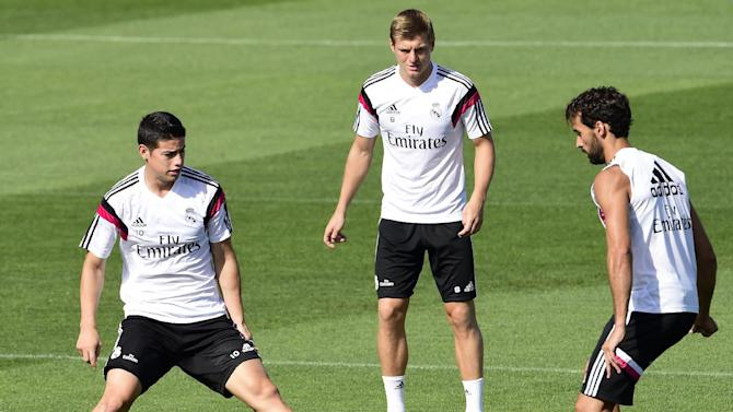 Real Madrid's James Rodriguez (L), Toni Kroos (C) and Alvaro Arbeloa take part in a training session in Madrid on August 18, 2014