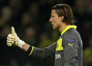 Borussia Dortmund's goalkeeper Roman Weidenfeller celebrates a goal by team mate Jakub Blaszczykowski against Shakhtar Donetsk during their Champions League soccer match in Dortmund March 5, 2013. REUTERS/Wolfgang Rattay