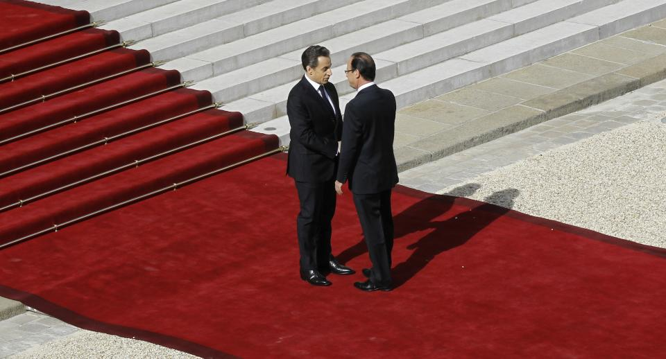 French President-elect Francois Hollande, right, shakes hands with outgoing President Nicolas Sarkozy before the handover ceremony, Tuesday, May 15, 2012 at the Elysee Palace in Paris.  (AP Photo/Christophe Ena, Pool)
