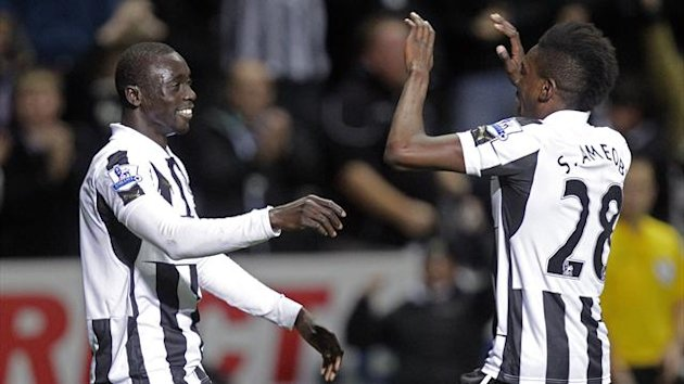 Newcastle United's Senegalese striker Papiss Cisse (L) celebrates scoring their late winning goal with English striker Sammy Ameobi