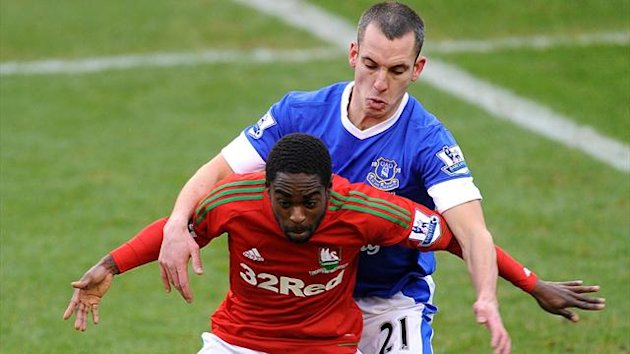 Swansea City&#39;s Nathan Dyer (left) and Everton&#39;s Leon Osman battle for the ball (PA Sport)