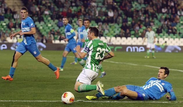 Betis Ignacio Perez, centre, duels for the ball against Rijekas Datkovic during the Europa League group I soccer match between Betis and Rijeka at the Benito Villamarin stadium in Sevilla, Spain, Thur