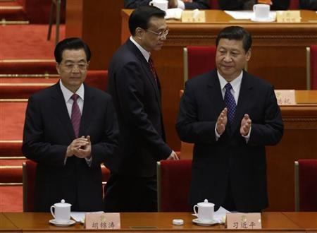 China&#39;s President Hu Jintao and China&#39;s Communist Party Chief Xi Jinping clap as China&#39;s Vice President Li Keqiang walks past before the opening ceremony of Chinese People&#39;s Political Consultative Conference (CPPCC) at the Great Hall of the People in Beijing, March 3, 2013. REUTERS/Jason Lee
