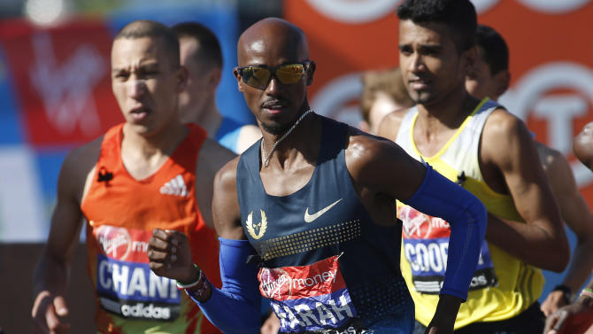 Britain's Mo Farah, center, starts the elite men race during the London Marathon, Sunday, April 21, 2013. (AP Photo/Sang Tan)