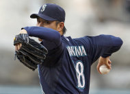 Hisashi Iwakuma, de los Marineros de Seattle, lanza contra los Angelinos de Los Angeles, en la primera entrada del juego del sbado 11 de agosto del 2012, en Anaheim, California. (Foto AP/Reed Saxon)