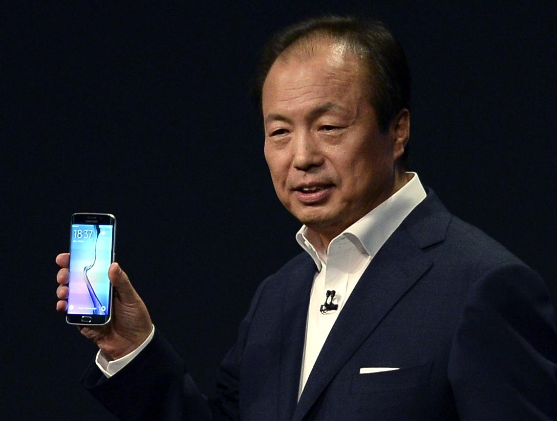 Samsung ditches plastic design, adds mobile pay in new phone
