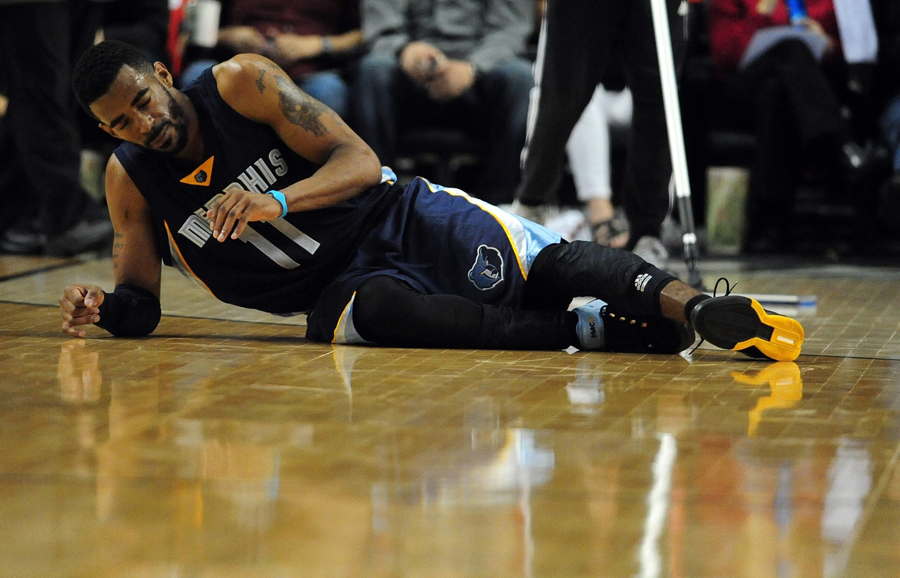 Mike Conley leaves with apparent face injury as Grizzlies take 3-0 lead