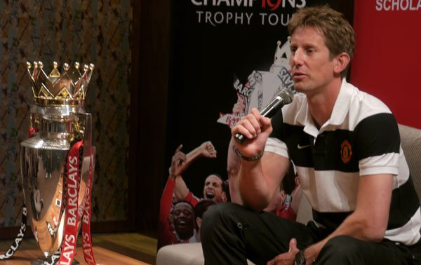 Edwin van der Sar with the last title of his career. (Yahoo! photo/Jasmond Tan)