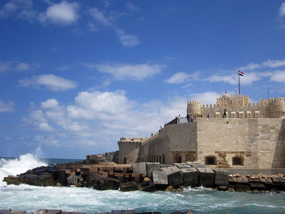 http://l.yimg.com/bt/api/res/1.2/jeVhCAQSg5yVMeIWMPlj_A--/YXBwaWQ9eW5ld3M7Zmk9aW5zZXQ7aD03MTM7cT04NTt3PTk1MA--/http://l.yimg.com/os/401/2012/05/14/Quitbay-s-Castle-by-the-Mediterranean-Sea-at-Alexandria-JPG_094913.jpg