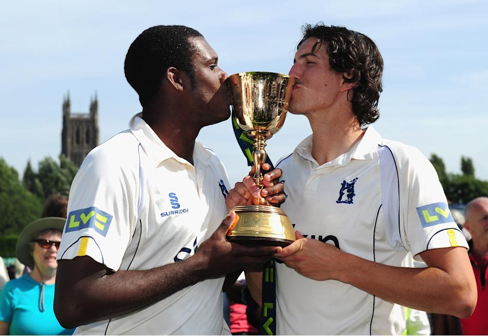(CPOTW September 9) WORCESTER, ENGLAND - SEPTEMBER 06:  Warwickshire bowlers Keith Barker (l) and Chris Wright kiss the trophy after winning the LV County Championship Division One title after day thr