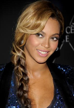 """Singer Beyonce unveils her new fragrance """"Pulse"""" at the Dream Hotel on Wednesday, Sept. 21, 2011 in New York. (AP Photo/Evan Agostini)"""