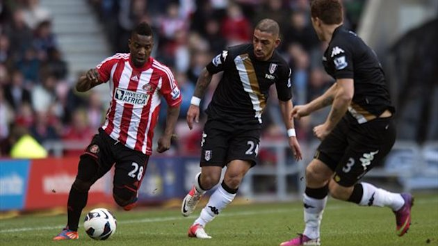 Sunderland&#39;s Stephane Sessegnon and Fulham&#39;s Ashkan Dejagah (centre) battle for the ball