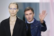 O estilista belga Raf Simons se apresenta ao pblico aps o desfile da coleo da Dior em 28 de setembro em Paris