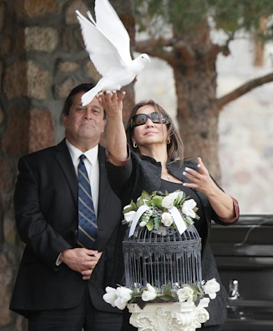 Flora Enchinton Bernal releases a white dove during a graveside service for actor Sherman Hemsley, Wednesday, Nov. 21, 2012 in Fort Bliss, Texas. Friends and family remembered Hemsley at his funeral service in Texas by showing video clips of his best known role as George Jefferson on the TV sitcom &quot;The Jeffersons.&quot; He died in July but a fight over his estate has delayed his burial. (AP Photo/The El Paso Times, Mark Lambie) EL DIARIO OUT; JUAREZ MEXICO OUT AND EL DIARIO DE EL PASO OUT