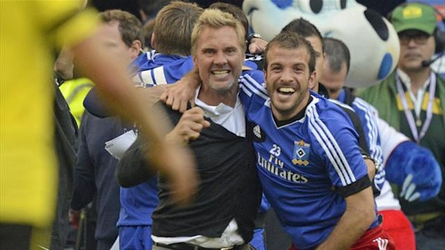 Hamburger SV's head coach Thorsten Fink celebrates with Rafael van der Vaart after beating Borussia Dortmund