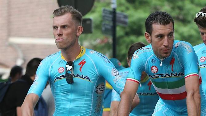 TDF204. Utrecht (Netherlands), 02/07/2015.- Team Astana rider, Lars Boom (L) from the Netherlands with Italy's reigning Tour de France winner, Vicenzo Nibali (C), from Italy at the team presentation' in Utrecht, Netherlands, 04 July 2015. The 102nd Tour de France 2015 cycling race starts in Utrecht, Netherlands, 04 July 2015. Boom was revealed to have posted an abnormally low cortisol level after tests by the UCI. Astana are under scrutiny since being threatened with having their racing licence removed earlier this year because of previous drug testing issues. (Ciclismo, Francia, Italia, Países Bajos; Holanda) EFE/EPA/KIM LUDBROOK