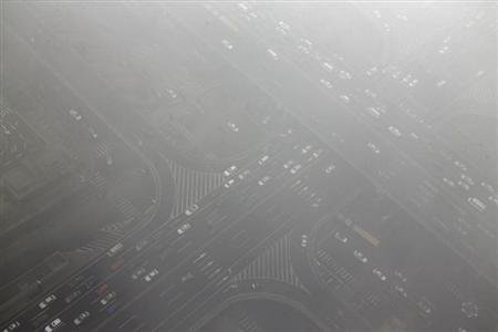Cars drive through Guomao bridge on a heavy hazy day during winter in Beijing&#39;s central business district, January 30, 2013. REUTERS/Jason Lee