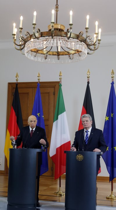 Italy's President Giorgio Napolitano and his German counterpart Joachim Gauck address a news conference in Berlin