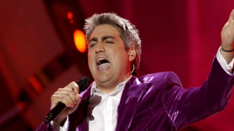 Taylor Hicks performs in American Idol, May 23, 2006, on FOX.
