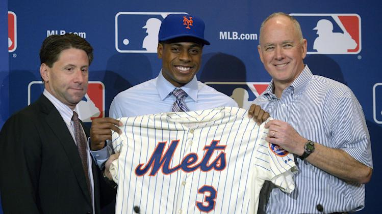New York Mets COO Jeff Wilpon, left, and general manager Sandy Alderson, right, pose with new outfielder Curtis Granderson after introducing Granderson during a news conference at baseball's winter meetings in Lake Buena Vista, Fla., Tuesday, Dec. 10, 2013