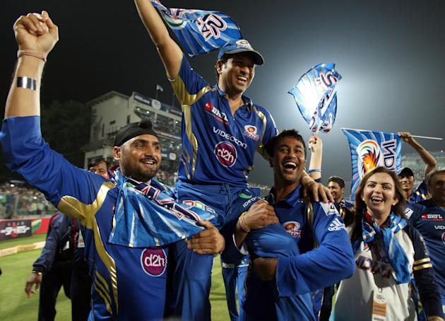 Mumbai Indians players with Sachin Tendulkar celebrates after wining the final match between Rajasthan Royals and Mumbai Indians at Feroz Shah Kotla stadium, in Delhi on Oct. 6, 2013. (Photo: IANS)
